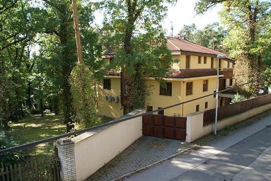 V této krásné vile žije Pavol Habera s Danielou Peštovou a dětmi.