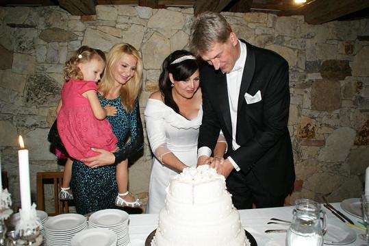 Ivana Gottová s dcerou Nelly přihlížejí krájení svatebního dortu. Ilona s Radkem to společnými silami hravě zvládli.