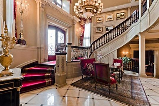 V domě se nachází točité poschodí, ale i výtah.