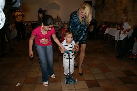 První jízda Daniela Voneše na nové koloběžce. Jistí jej Ivana Gottová a neteř nevěsty.