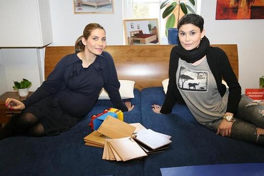 Eva Decastelo a Vlaďka Erbová při výběru nábytku.