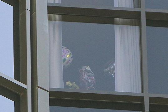 Za tímto oknem leží čtyřnásobná maminka Victoria Beckham.