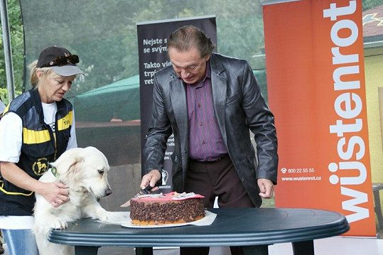 Karel nakrojil slavnostní dort.
