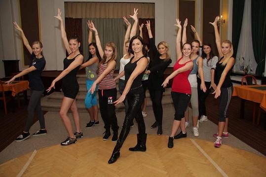 Hanka Kynychová při pohybové průpravě finalistek Miss Junior