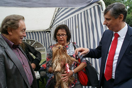 V zákulisí se Karel pozdravil s Martou Kubišovou, jejím miláčkem Bijou (čti Bižu) a Janem Fischerem.