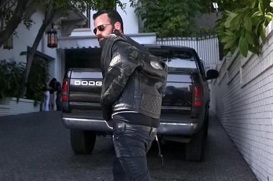 Justin jde za Jennifer do luxusního hotelu v Beverly Hills.