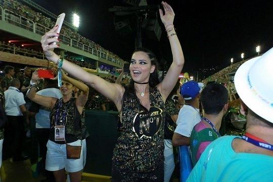 Podobná selfie plnila v průběhu vzrušující noci Instagram většiny zúčastněných.