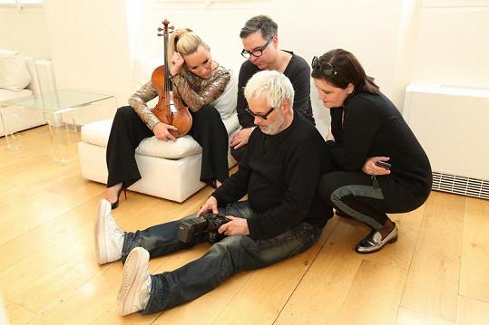 Celý tým kontroluje záběry - violistka a momentální modelka Jitka Hosprová, stylista Martin Gruntorád, PR manažerka Tereza Typoltová a fotograf Robert Vano.