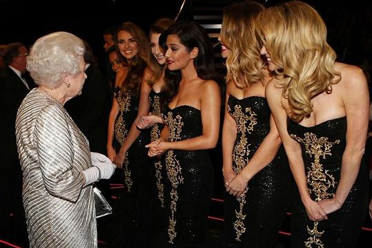 Královna se dokonce s Cheryl zastavila na kus řeči.