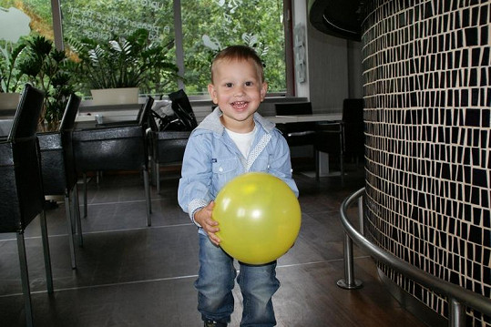 Malý Daniel je hravé a veselé dítě.