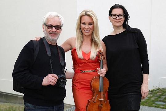 O šaty se postarala Jitčina takřka dvorní návrhářka Tatiana Kovaříková a za objektivem fotoaparátu stál Robert Vano.