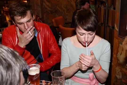 Vojta Dyk a Tatiana Vilhelmová kouřili jednu za druhou.