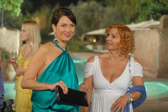 Herečka vypadá skvěle i po překročení šedesátky. Takto jste ji mohli vidět v komedii Líbáš jako ďábel (vpravo).