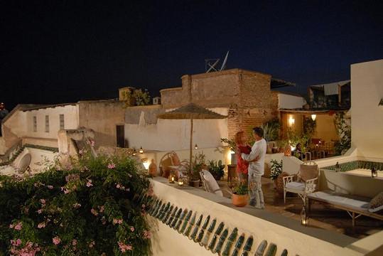 Romantika na střeše hotelu v Marrákeši.