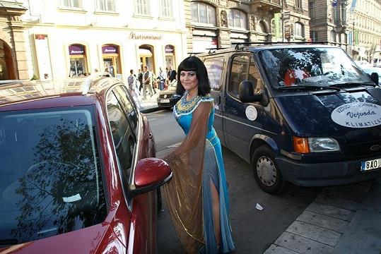 Egyptská panovnice Kleopatra nasedá za volant zcela současného vozítka.
