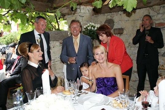 Mezi svatebními hosty jsou Monika Absolonová s přítelem, manželé Gottovi s dcerami, maminka Ivany Blanka a podnikatel Pavel Smeták.