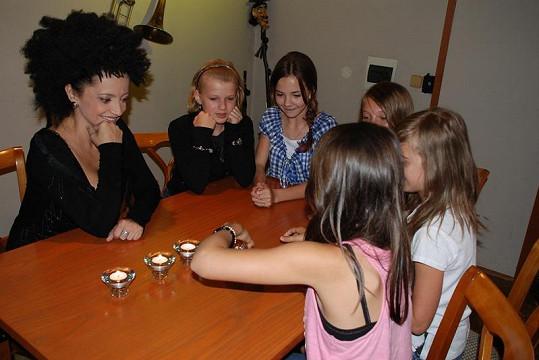 Lucii setkání s holkami evidentně bavilo.