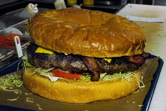 Téměř dvouapůlkilový hamburger.