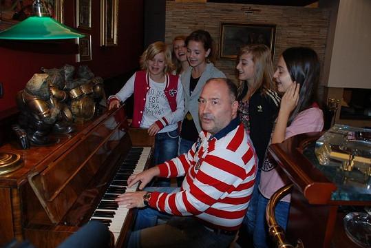 Dívky si s Davidem také zazpívaly.