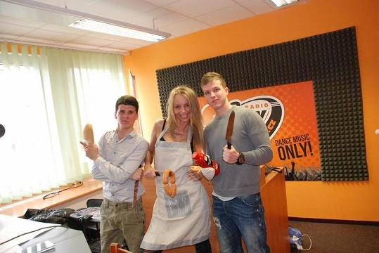 Moderátoři Milan Bálek zvaný Balkins a Ondřej Šimáček se rozhodli ve studiu grilovat za asistence hosta Ivanny Benešové.