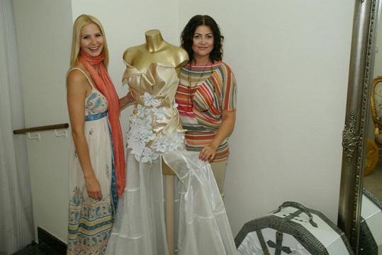 Ilona Csáková si pro rady ohledně svatebních šatů chodí k Ivaně Gottové.