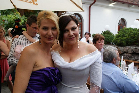 Ilona Csáková s Ivanou Gottovou před třemi lety na Ilonině svatbě