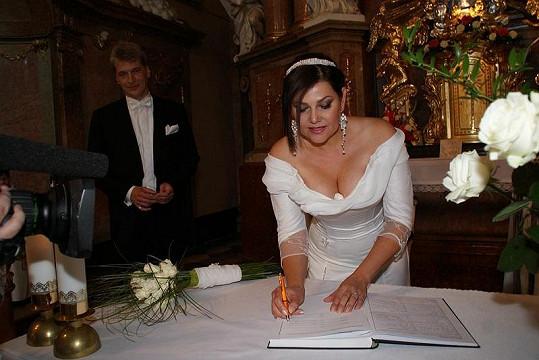 Ilona Csáková stvrdila svuj svatební slib podpisem.