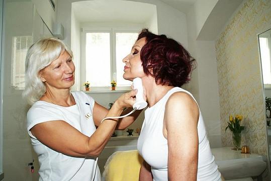 Petra si nechala vyhladit kůži na tváři i na rukou. V péči na slovo vzaté odbornice se cítila výborně.