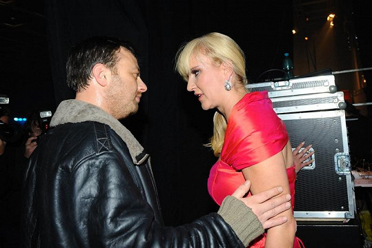 Vendula Auš Svobodová s manželem Patrikem v zákulisí galavečeru Kapka naděje.
