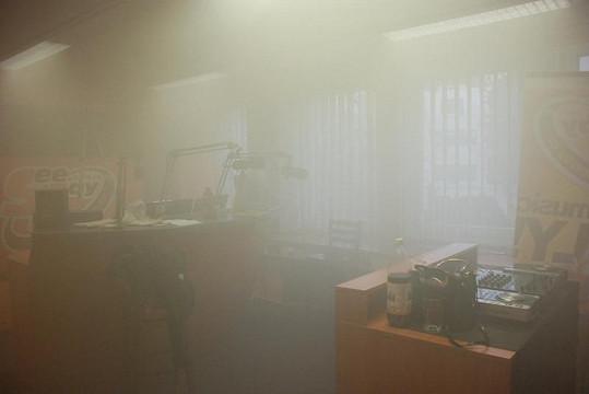Studio plné kouře.