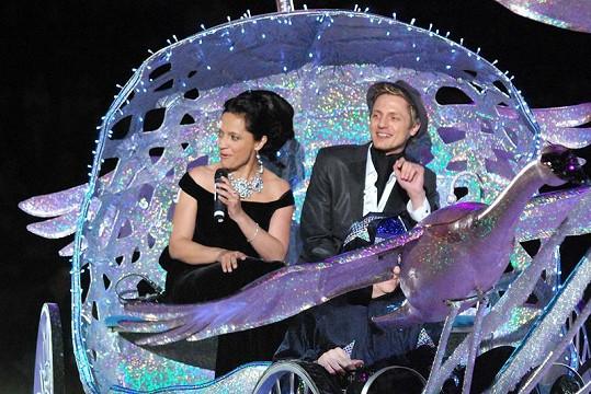 Ondřej Ruml s Lucií Bílou na premiéře muzikálu na ledě Popelka.