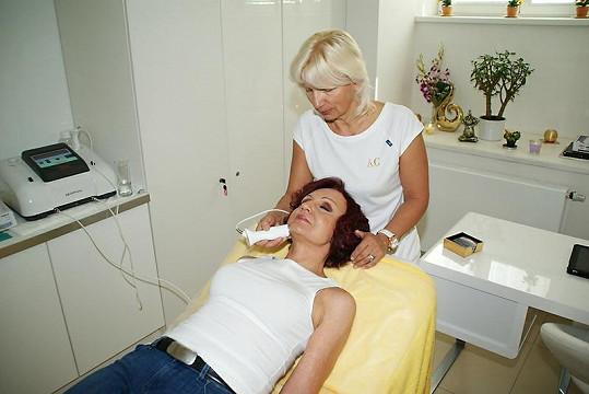 Petra si dopřává masáž, která nejen vyhladí ale také zpevní kůži.