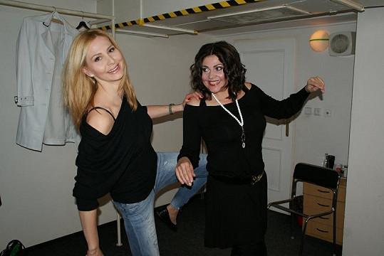 Ilona Csáková dostala od Ivany Gottové před koncertem symbolický kopanec pro štěstí.