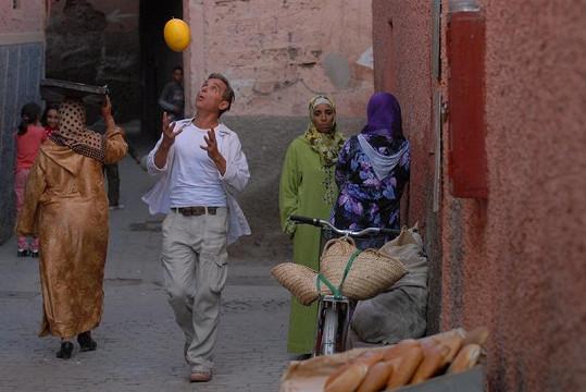 Oldřich Kaiser v typické marocké uličce.