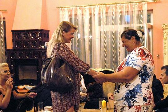 Bartošová se vroucně vítá s ženou z lidu. Dnes už si na ni nepamatuje.