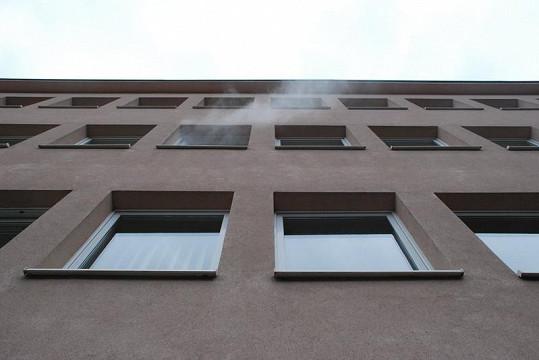 Z okna studia vychází dým.