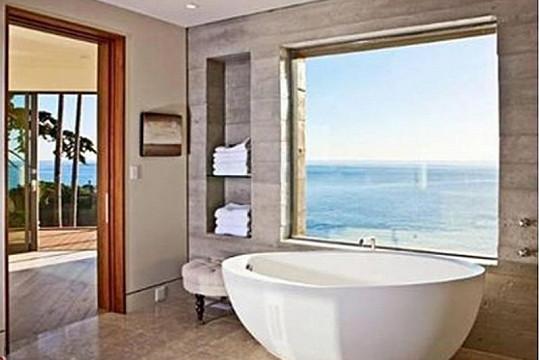 I ve vaně si člověk připadá, jako by se koupal v moři.