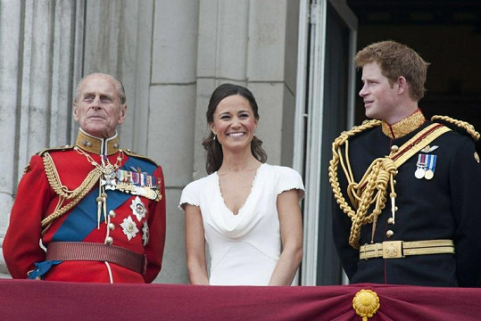 Zleva: Princ Philip, Pippa Middleton a princ Harry.