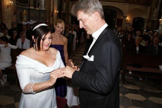 Ilona Radkovi navléká prsten.