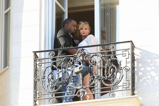 Kanye byl z půvabné slečny doslova omámen.