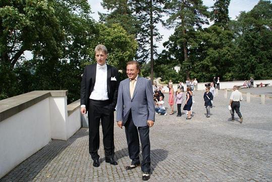 Ženich Radek Voneš s Karlem Gottem.