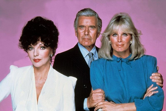 Linda Evans (vpravo)jako Krystle.