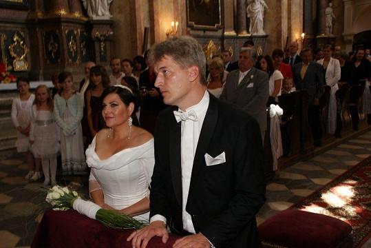 Ilona a Radek u oltáře.