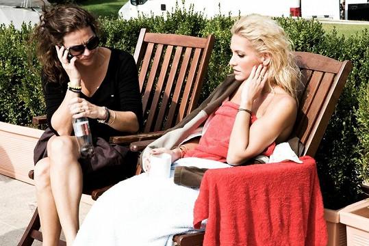 Zpěvačka rozmrzala na sluníčku pod dohledem manažerky Evy Skallové.