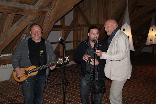 Marek Vašut si zazpíval se svými gratulanty Petrem Kolářem a Jaroslavem Samsonem Lenkem.
