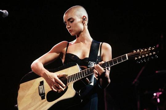 Sinéad O'Connor proslavila její dohola vyholená hlava.