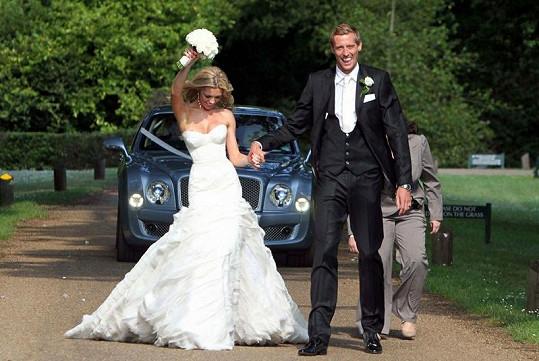 Modelce Abbey Clancy vyklouzlo ňadro ze svatebních šatů.