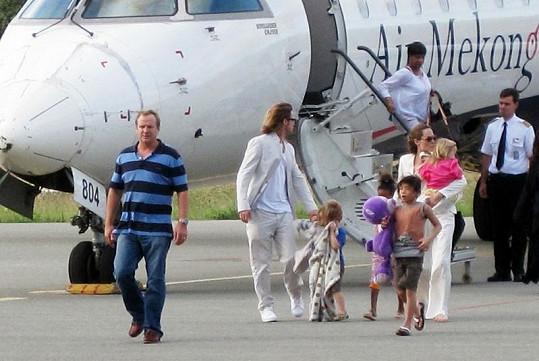 Brad Pitt a Angelina Jolie s dětmi létají soukromým letadlem.