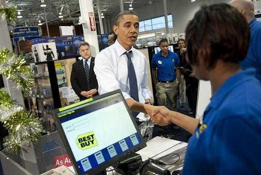 Barack Obama přeje veselé Vánoce zaměstnancům obchodu.