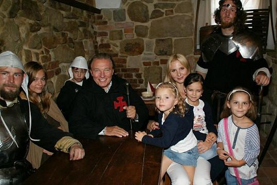 Rodina Karla Gotta se v rytířské společnosti cítila skvěle.